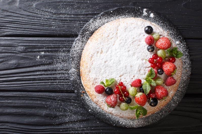 Mooi dessert: Victoria-sandwichcake met vers s wordt verfraaid dat stock afbeeldingen