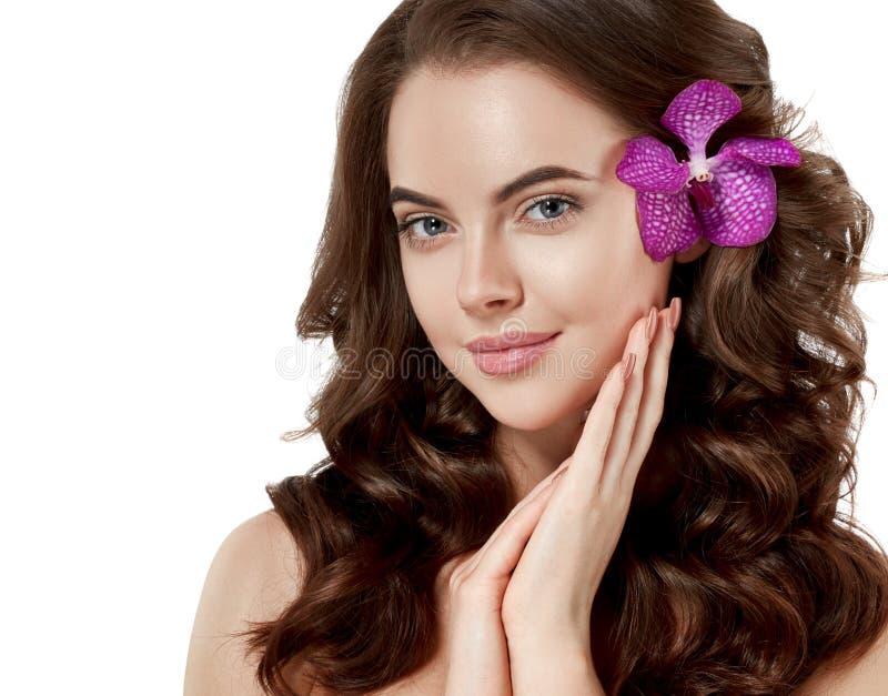 Mooi dicht omhooggaand het portret lang mooi haar van het vrouwengezicht met bloemjongelui stock foto