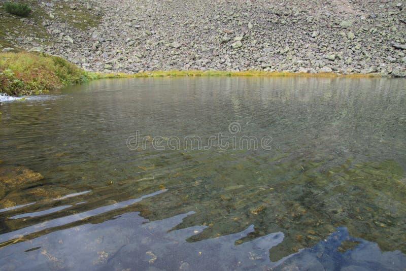Mooi die bergmeer door indrukwekkende bergen wordt omringd royalty-vrije stock afbeelding
