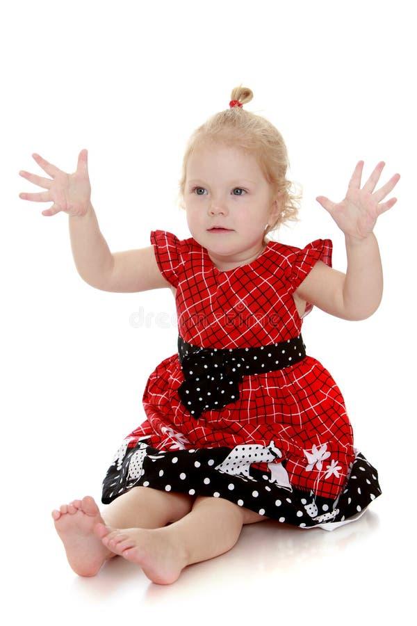 Mooi die blonde zeer meisje op de vloer wordt geleid royalty-vrije stock afbeeldingen