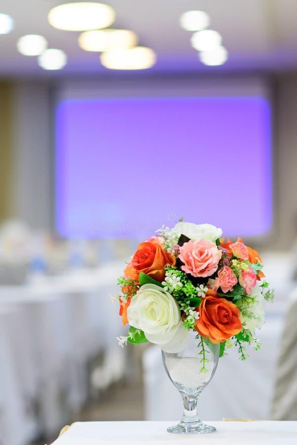 Mooi die boeket van bloemen in de ruimte worden geplaatst stock afbeeldingen