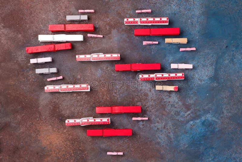 Mooi die hart van wasknijpers op steenachtergrond wordt gemaakt - de dagconcept van Valentine stock afbeeldingen