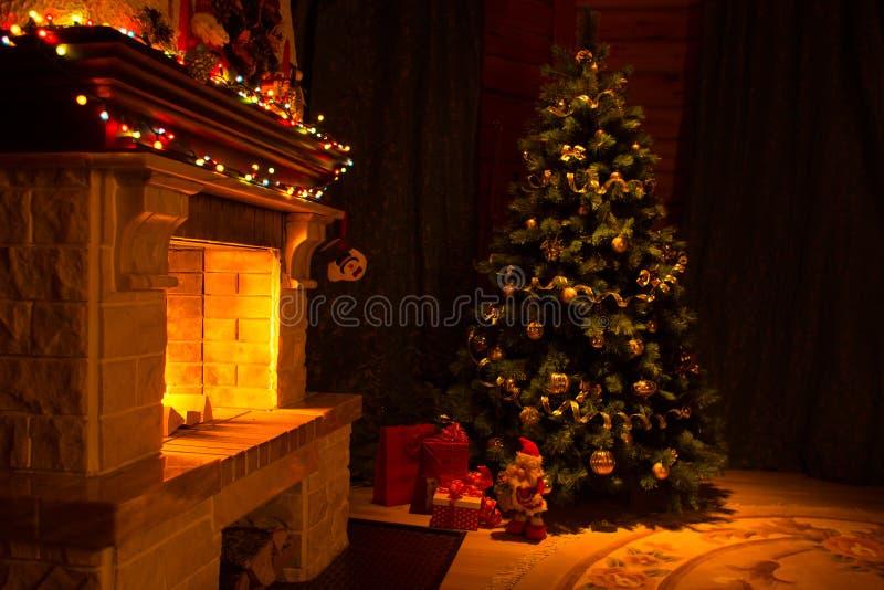 Mooi die huis voor Kerstmisbinnenland wordt verfraaid met open haard stock foto