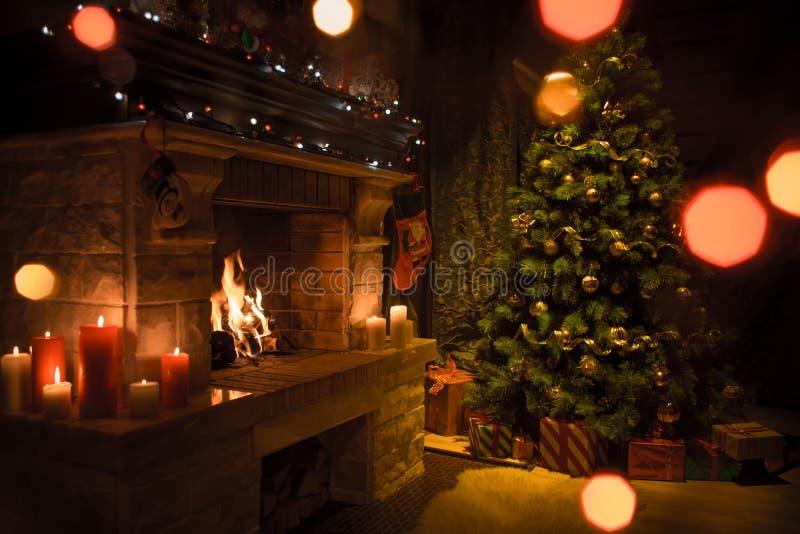 Mooi die huisbinnenland voor Kerstmisviering wordt verfraaid stock afbeeldingen
