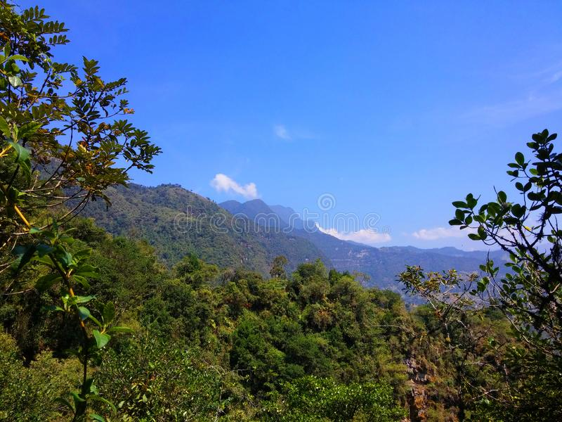Mooi die landschap van de waterval als La-chorrera in choachi, cundinamarca, Colombia wordt bekend Groene bergen en blauwe hemel stock afbeelding