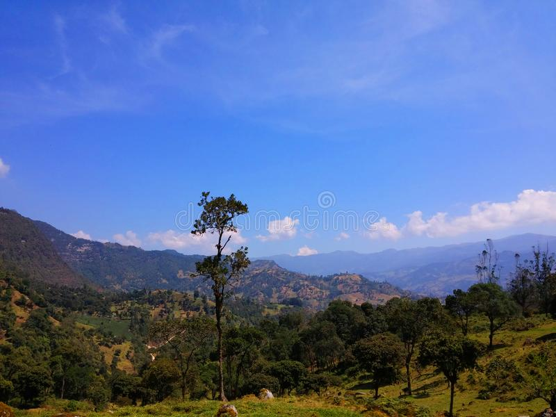 Mooi die landschap van de waterval als La-chorrera in choachi, cundinamarca, Colombia wordt bekend Groene bergen en blauwe hemel stock fotografie