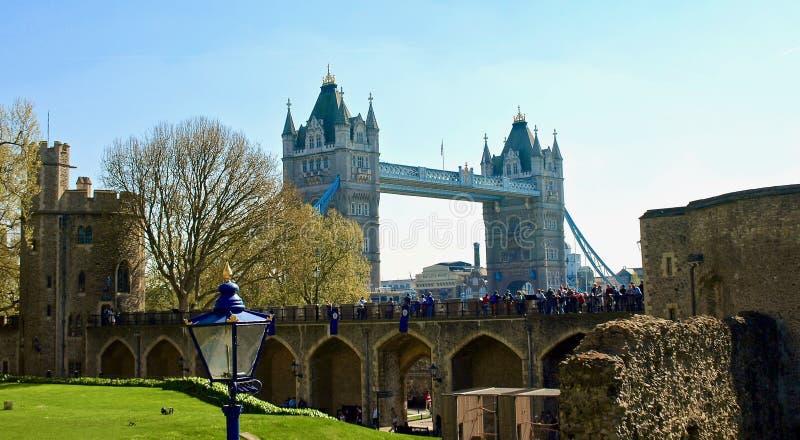 Mooi die Londen tijdens een stadsreis wordt gezien langs de rivier van Theems en beroemde architectuur royalty-vrije stock afbeeldingen
