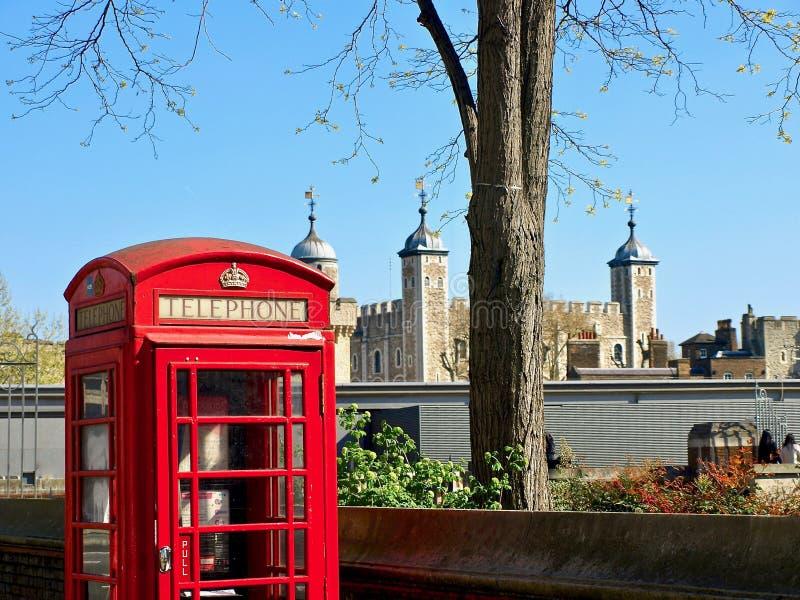 Mooi die Londen tijdens een stadsreis wordt gezien langs de rivier van Theems en beroemde architectuur stock foto