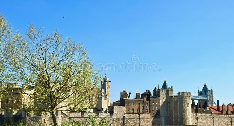 Mooi die Londen tijdens een stadsreis wordt gezien langs de rivier van Theems en beroemde architectuur stock afbeelding