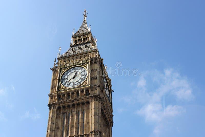 Mooi die Londen tijdens een stadsreis wordt gezien langs de rivier van Theems en beroemde architectuur royalty-vrije stock afbeelding