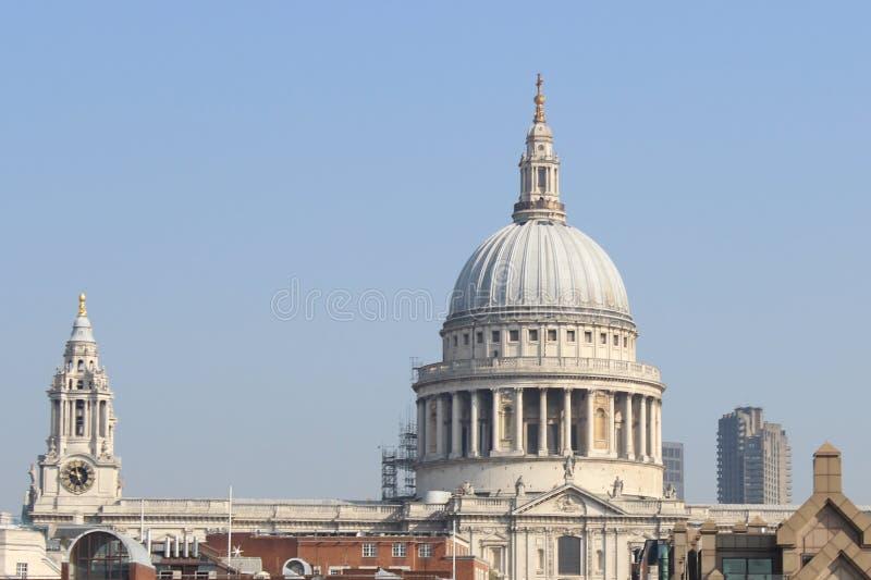Mooi die Londen tijdens een stadsreis wordt gezien langs de rivier van Theems en beroemde architectuur stock fotografie