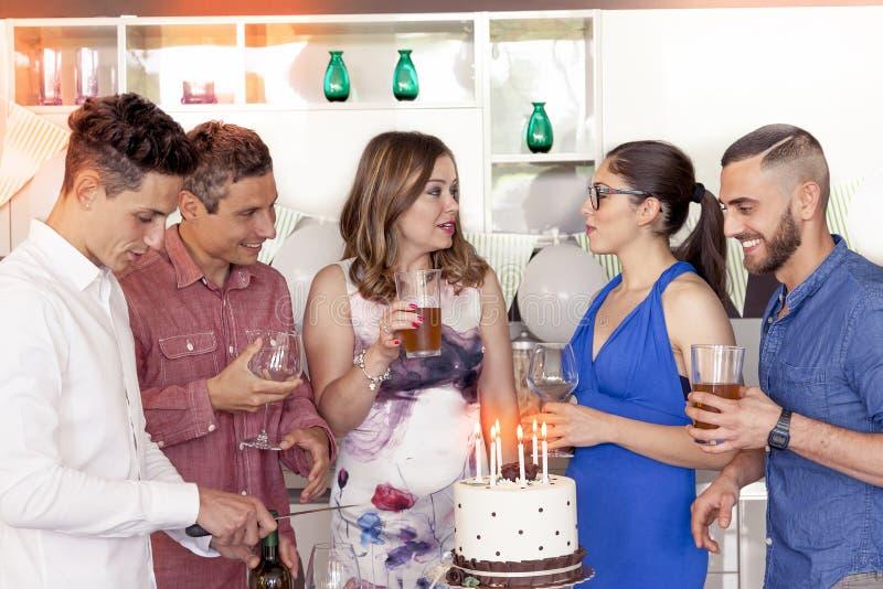 Mooi die meisje met verjaardagscake van zijn vrienden wordt omringd royalty-vrije stock foto's