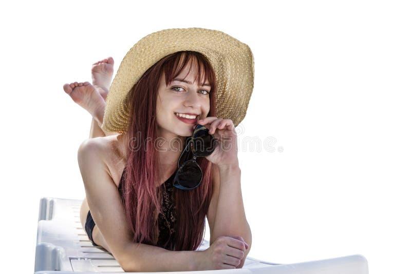 Mooi die meisje in strandhoed in zitkamer op witte achtergrond wordt geïsoleerd De ruimte van het exemplaar stock afbeelding