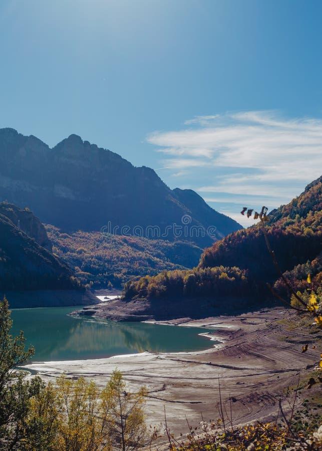 Mooi die schot van een rivier in de bergen door groen en een verbazende hemel worden omringd royalty-vrije stock afbeeldingen