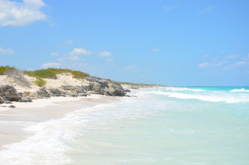 Mooi die strand door stenen in Cuba wordt omringd royalty-vrije stock foto's