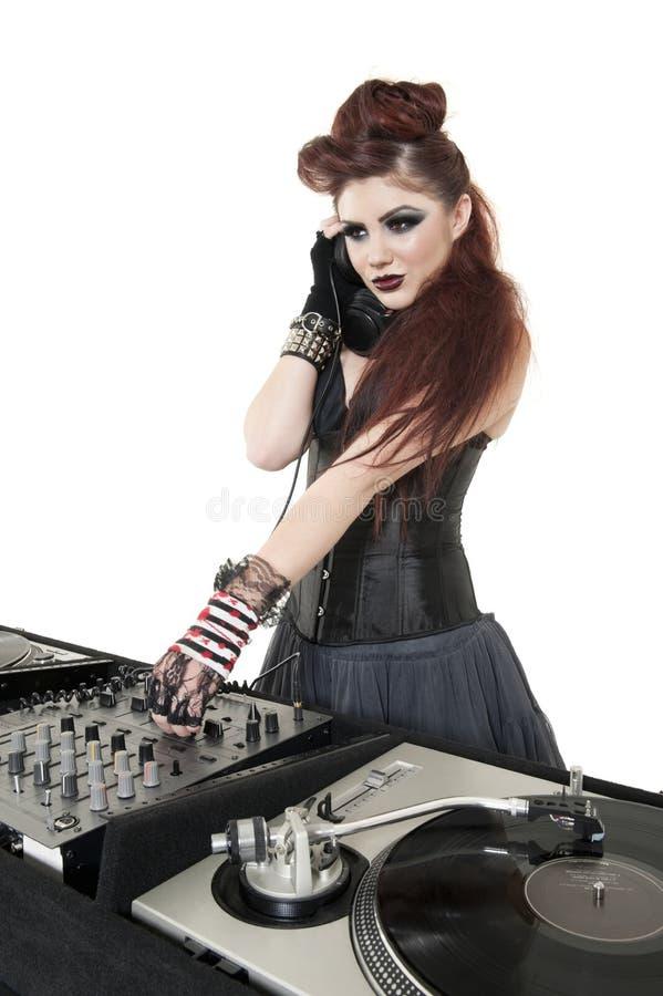 Mooi DJ die met geluid materiaal over witte achtergrond mengen stock afbeeldingen