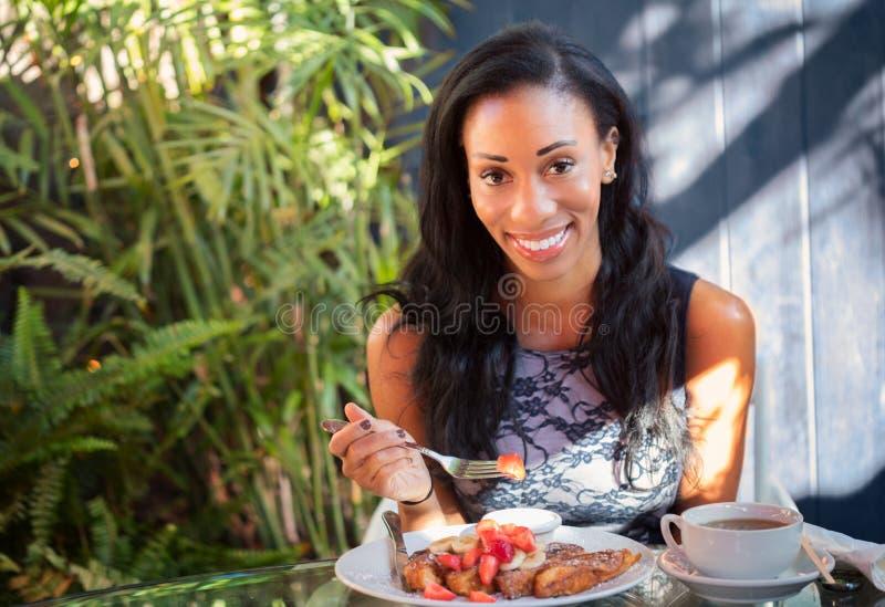 Mooi donker gevild meisje met een brede charmante glimlach die hebben royalty-vrije stock afbeeldingen