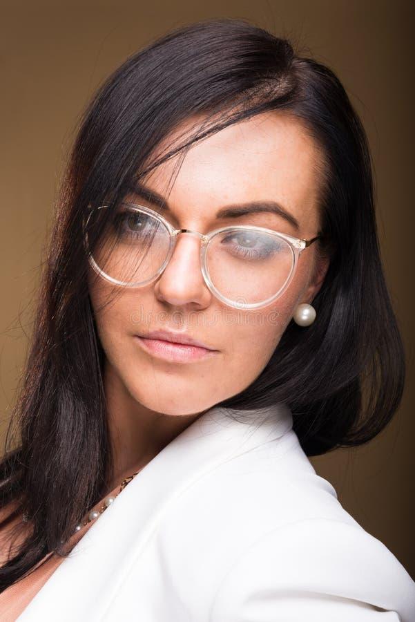 Mooi donkerbruin bedrijfsvrouwenportret die glazen dragen stock fotografie