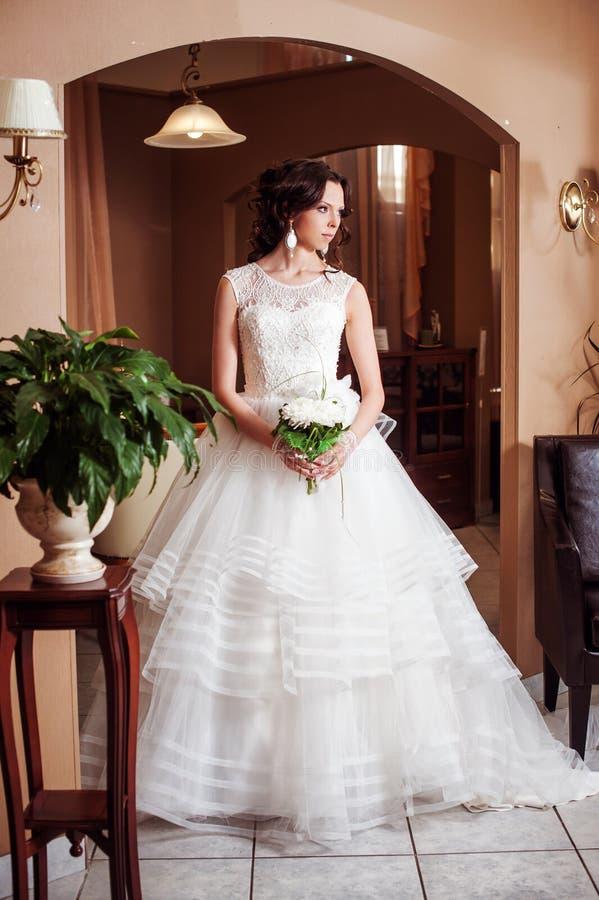 Mooi donkerbruin bruidmeisje met lang gezond golvend haar stock fotografie