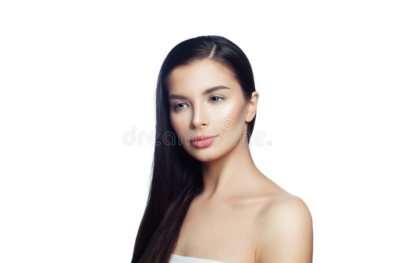 Mooi donkerbruin die meisje op wit wordt geïsoleerd Kuuroordvrouw met perfecte huid en lang gezond donker haar stock foto's