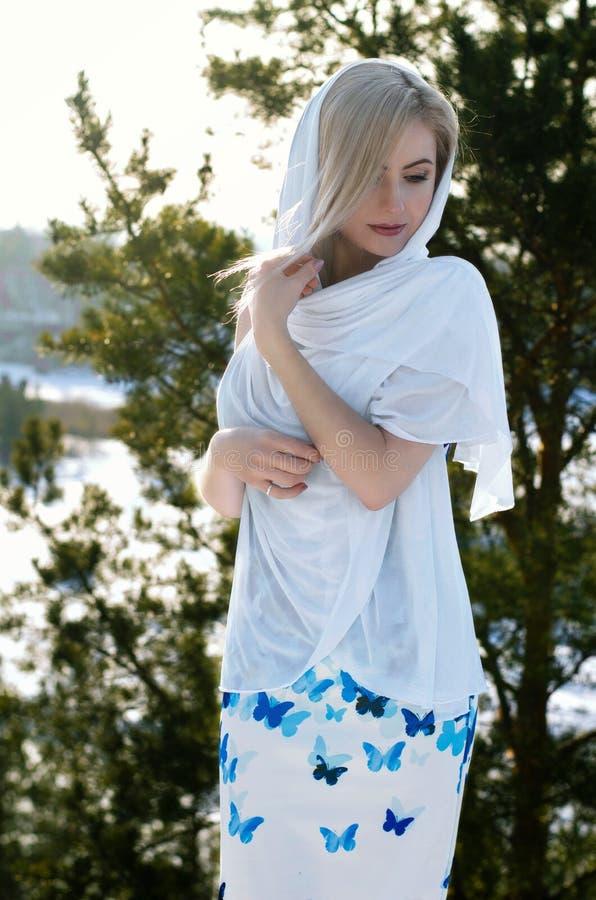 Mooi donkerbruin haarmeisje i de winterkleren royalty-vrije stock foto