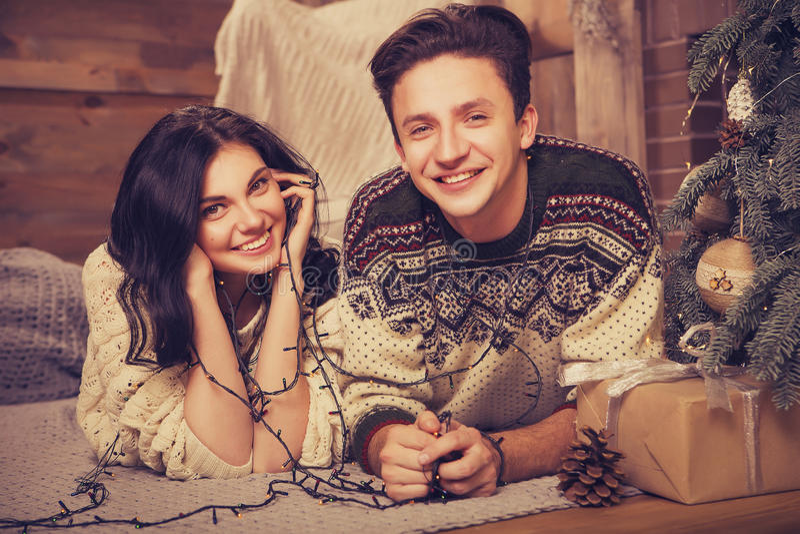 Mooi donkerbruin Kaukasisch romantisch houdend van paar in comfortabele warm royalty-vrije stock fotografie