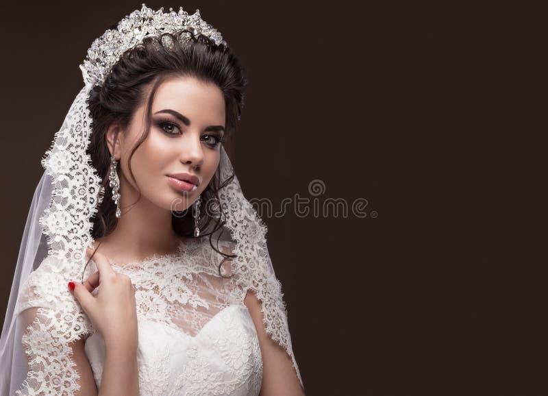 Mooi donkerbruin meisje in beeld van Arabische bruid stock fotografie
