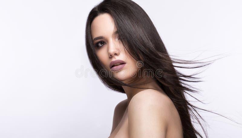 Mooi donkerbruin meisje in beweging met een volkomen vlot haar, en klassieke samenstelling Het Gezicht van de schoonheid stock foto's