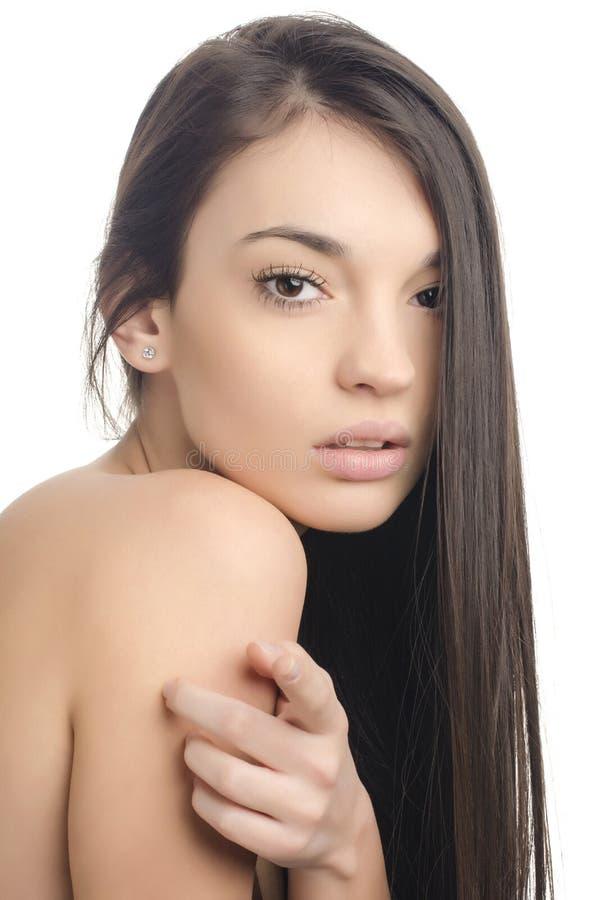 Mooi donkerbruin meisje die met lang haar vooraan richten royalty-vrije stock foto