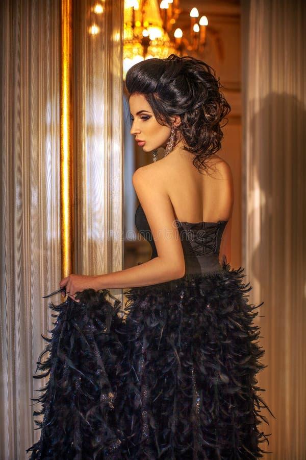 Mooi donkerbruin meisje in het Paleis royalty-vrije stock afbeeldingen