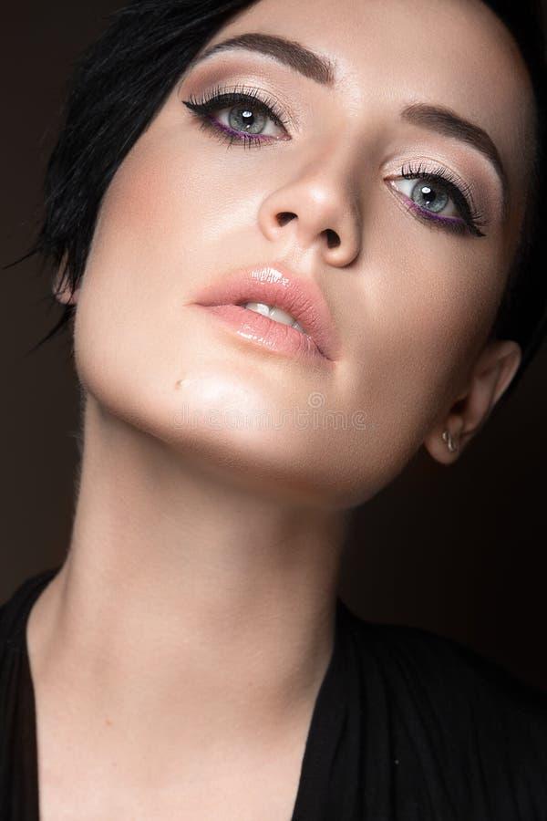 Mooi donkerbruin meisje met avondsamenstelling en perfecte huid Het Gezicht van de schoonheid royalty-vrije stock afbeelding