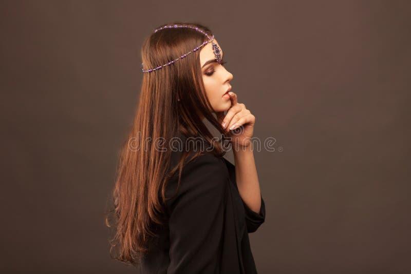 Mooi donkerbruin meisje met haar gekrulde staart stock afbeelding