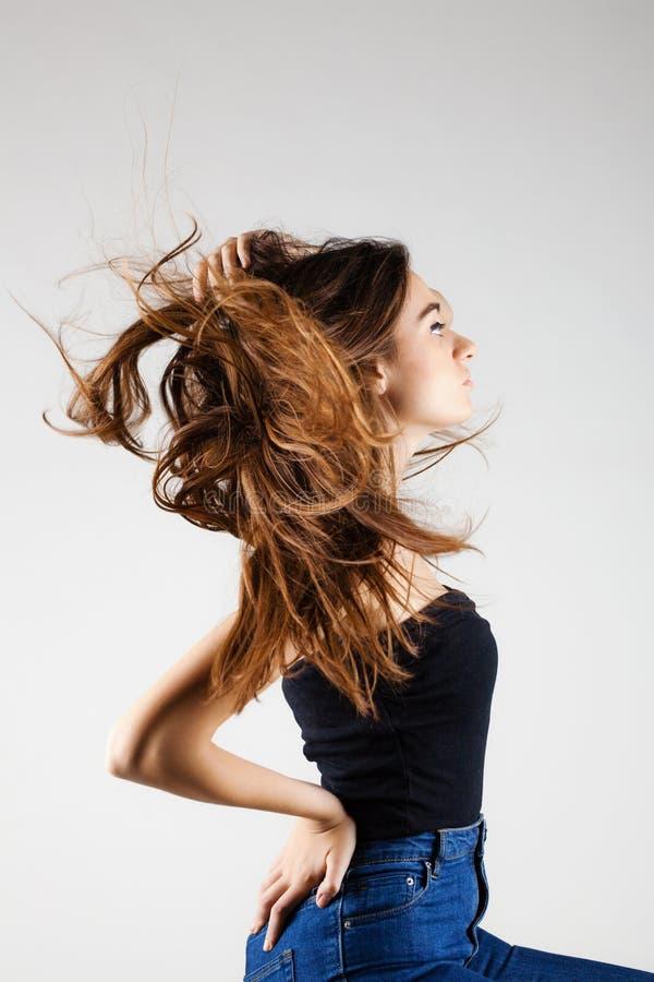 Mooi donkerbruin meisje met winderig haar royalty-vrije stock afbeelding