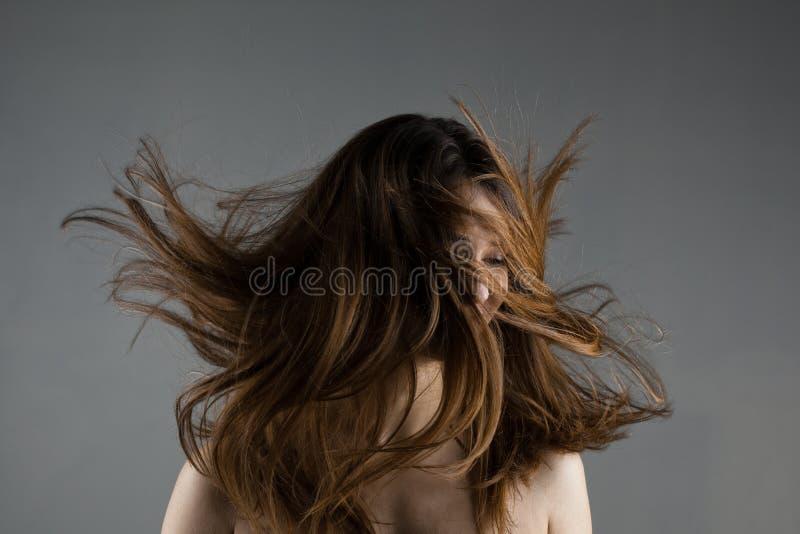 Mooi donkerbruin meisje met winderig haar royalty-vrije stock afbeeldingen