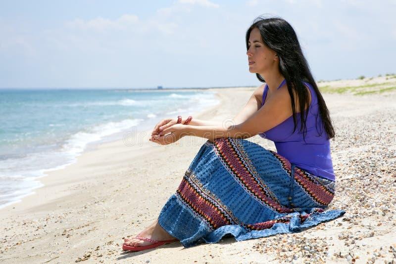 Mooi donkerbruin meisje op het zandige strand royalty-vrije stock foto