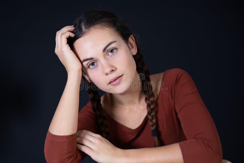 Mooi donkerbruin meisje op zwarte achtergrond royalty-vrije stock foto's