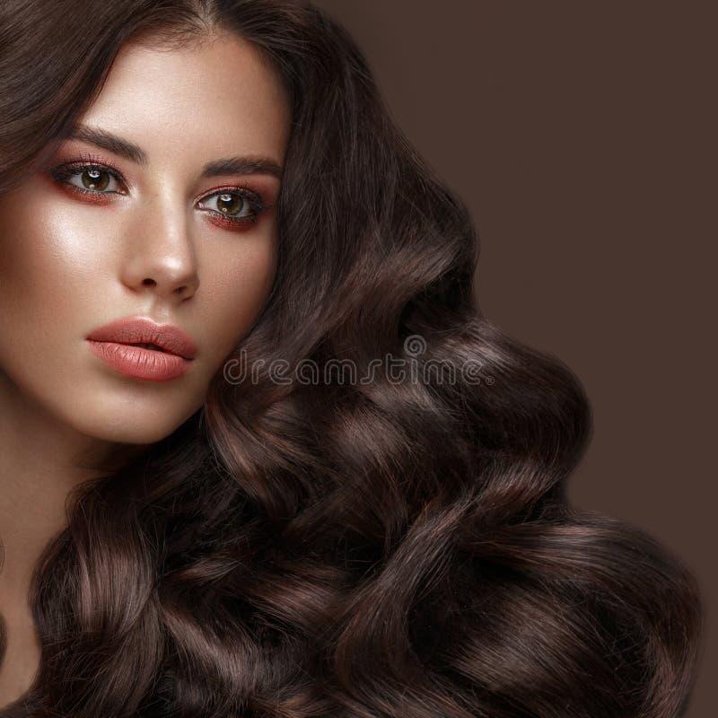 Mooi donkerbruin model: krullen, klassieke make-up en volledige lippen Het schoonheidsgezicht stock afbeelding