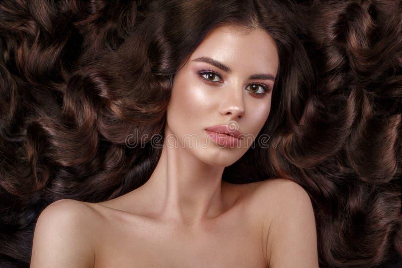Mooi donkerbruin model: krullen, klassieke make-up en volledige lippen Het schoonheidsgezicht stock afbeeldingen
