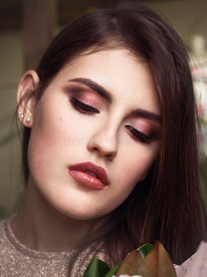 Mooi donkerbruin van de de close-upschoonheid van het vrouwengezicht de ogen en de lippenmake-up humeurig vrouwelijk portret stock afbeelding
