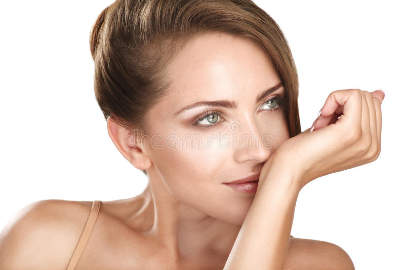 Mooi donkerbruin vrouwelijk model die haar parfum ruiken royalty-vrije stock foto's