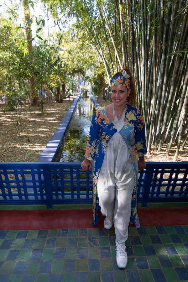 Mooi donkerbruin vrouwenportret met een zeer kleurrijke etnische kleding in een tuin royalty-vrije stock foto's