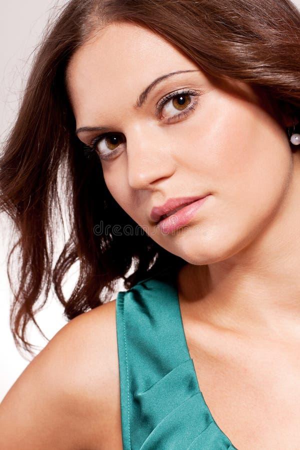 Mooi donkerbruin vrouwenportret met make-up stock foto's