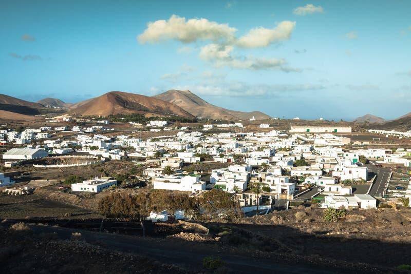 Mooi dorp Yaiza met mening aan de vulkanen van Lanzarote stock foto's