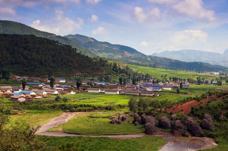 Mooi dorp in zonneschijn stock afbeelding