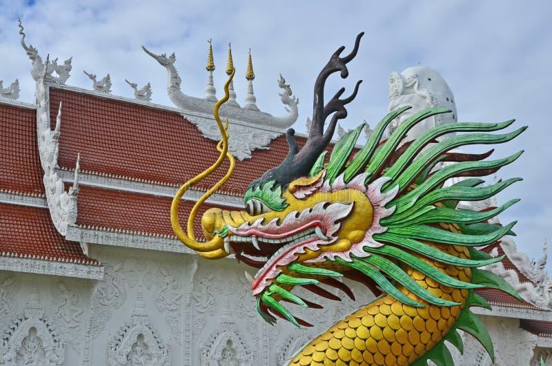 Mooi draakbeeldhouwwerk met Thaise tempelachtergrond stock fotografie