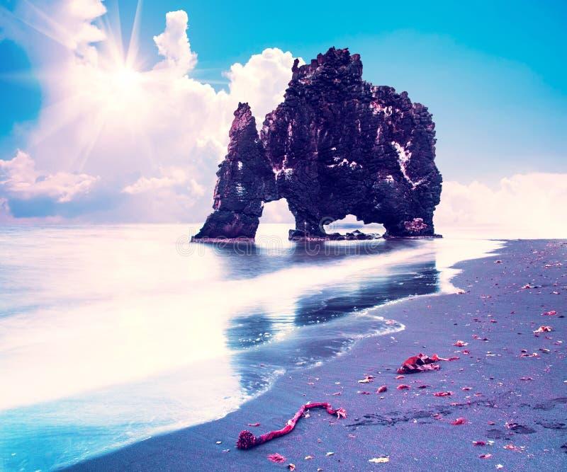 Mooi dramatisch landschap met buitengewone rotsvorming Hvitserkur op Vatnsnes-schiereiland in Noordwestenijsland bij zonnige daj stock afbeelding