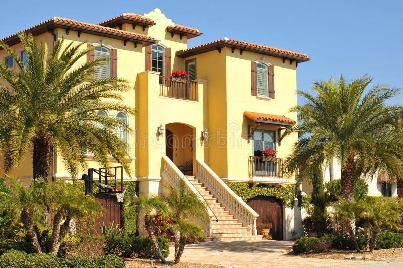 Mooi drie verhaal Spaans huis in Florida royalty-vrije stock afbeelding