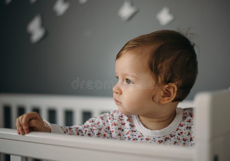 Mooi, droevig meisje binnen portret in kinderen` s ruimte royalty-vrije stock foto's