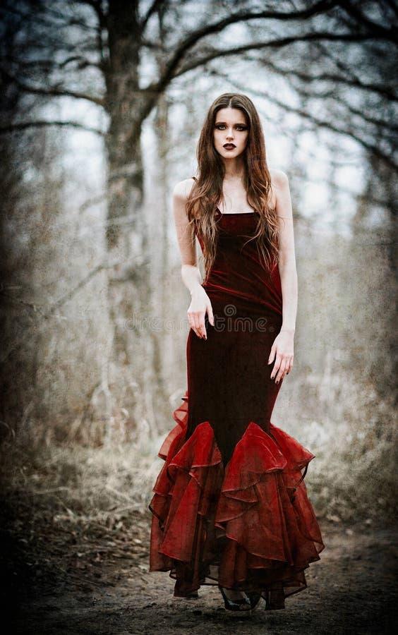 Mooi droevig meisje in het herfst bosgrunge-textuureffect stock foto