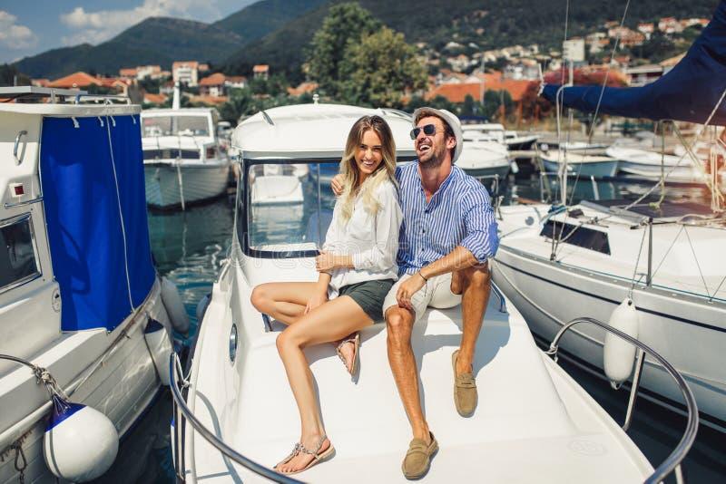 Mooi echtpaar die op het jacht op vakantie omhelzen stock fotografie